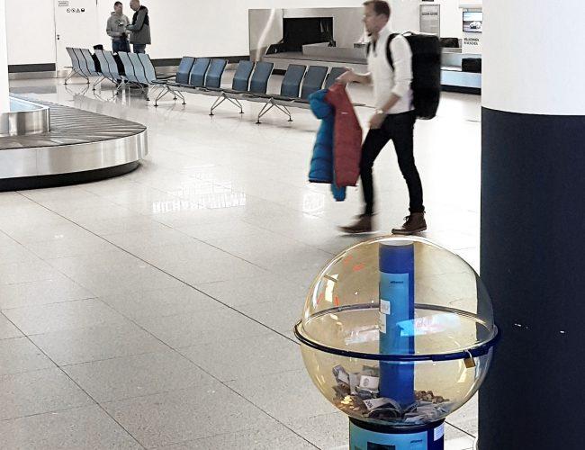 Spendenbox am Flughafen